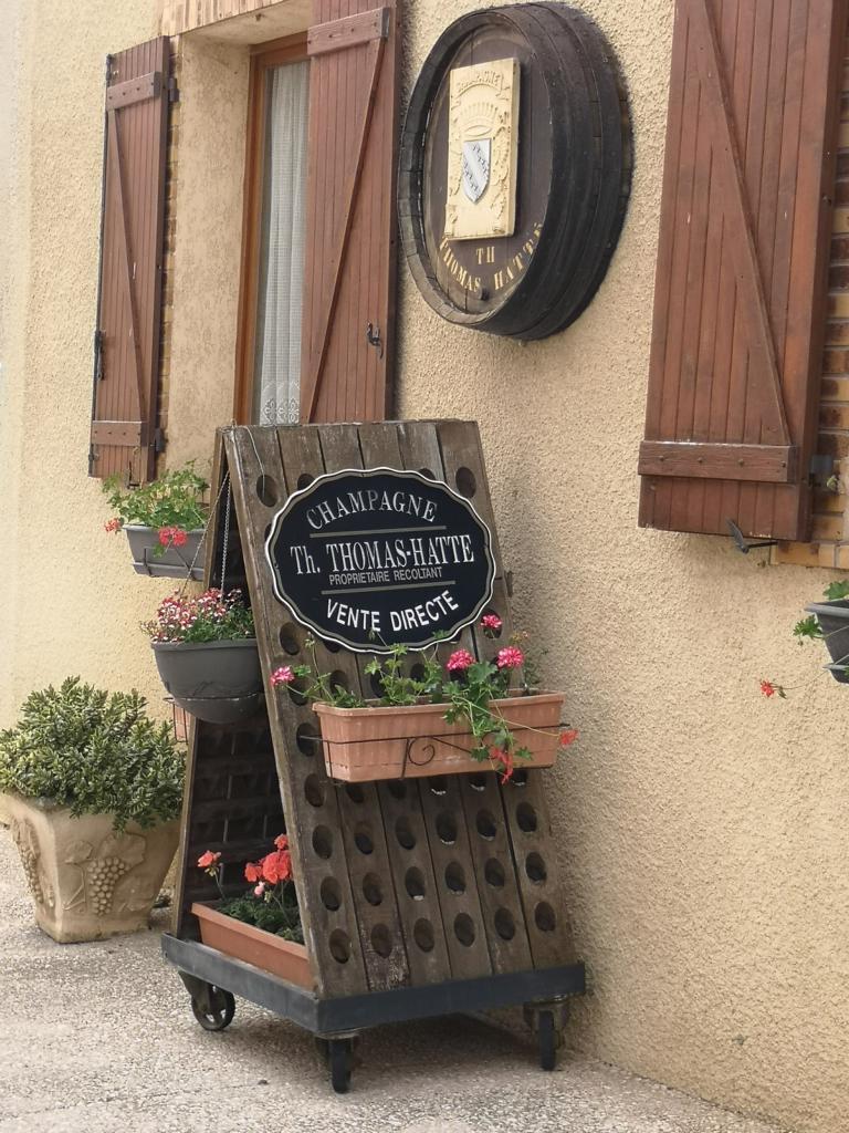 Ruettelpult-vor-Champagner-Haus